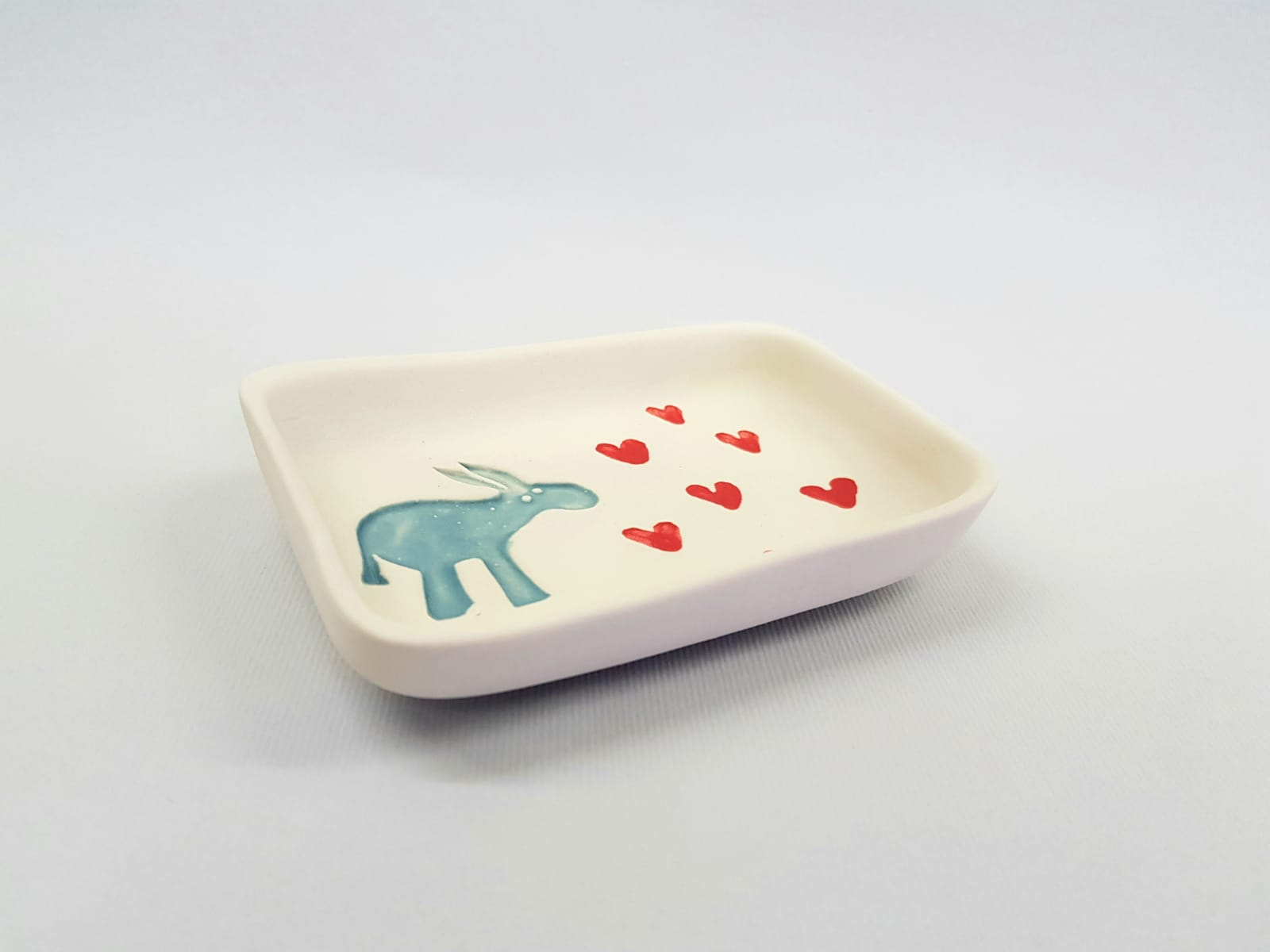 Portasapone in ceramica realizzato a mano per Il Rifugio degli asinelli. Decorazione a stampiglio con asinello e cuori