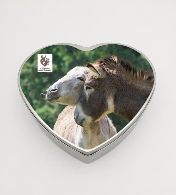 "Heart-shaped tin box with donkey picture and logo ""Il Rifugio degli Asinelli""-Size: 18,3 x 17,0 x 4,7 cm"