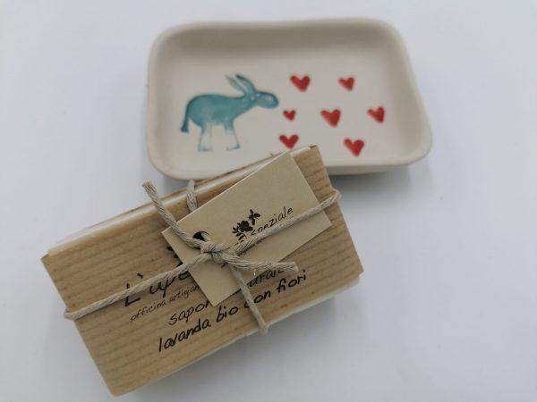 Portasapone in ceramica realizzato a mano con stampiglio asinello e cuori-dimensioni 10x7 cm circa + saponetta naturale realizzata artigianalmente
