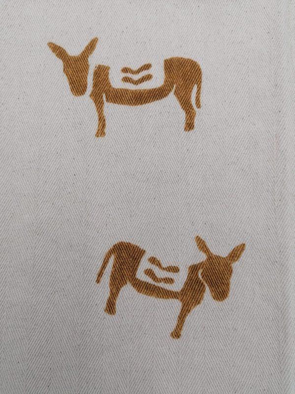 Canovaccio in cotone spinato, prodotto artigianalmente con stampa a ruggine e motivo asinelli. Dimensioni 60×50 cm
