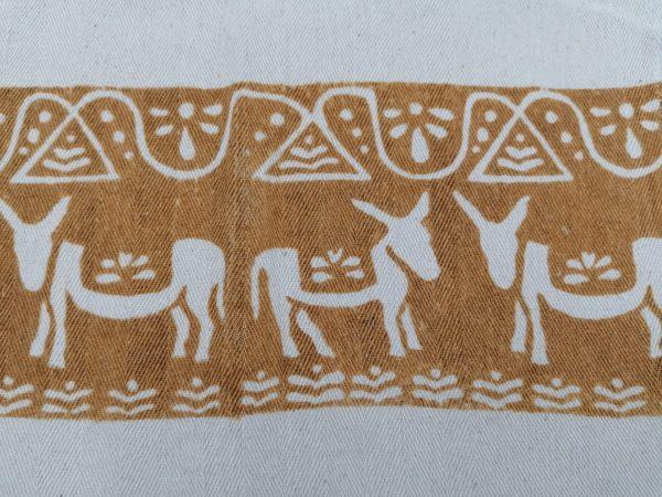 Canovaccio in cotone spinato, prodotto artigianalmente con stampa a ruggine. Dimensioni 60x50 cm