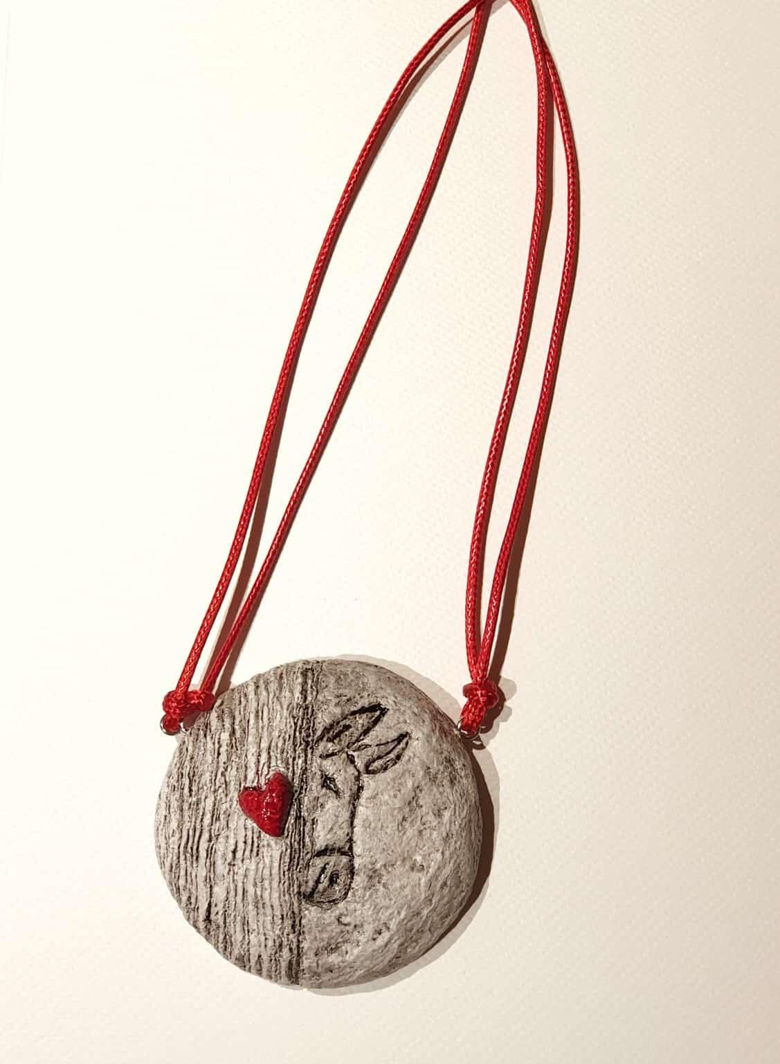 Collana con ciondolo in cartapesta realizzato artigianalmente per Il Rifugio degli Asinelli